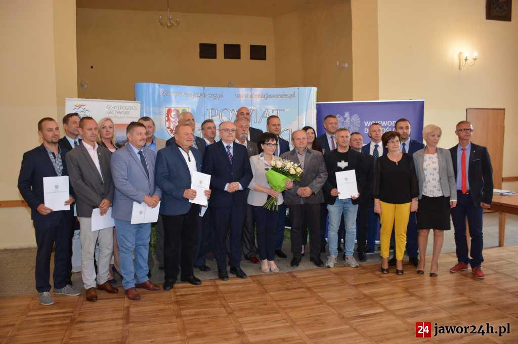 (FOTO) Wojewoda wręczał promesy w Mściwojowie
